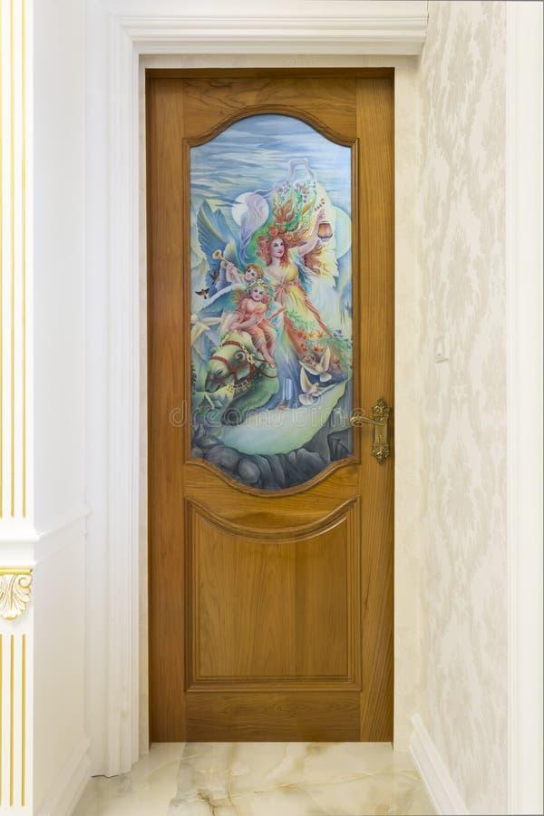 Tekowy drewniany drzwi z lustrzanym szkłem - tło zdjęcia royalty free