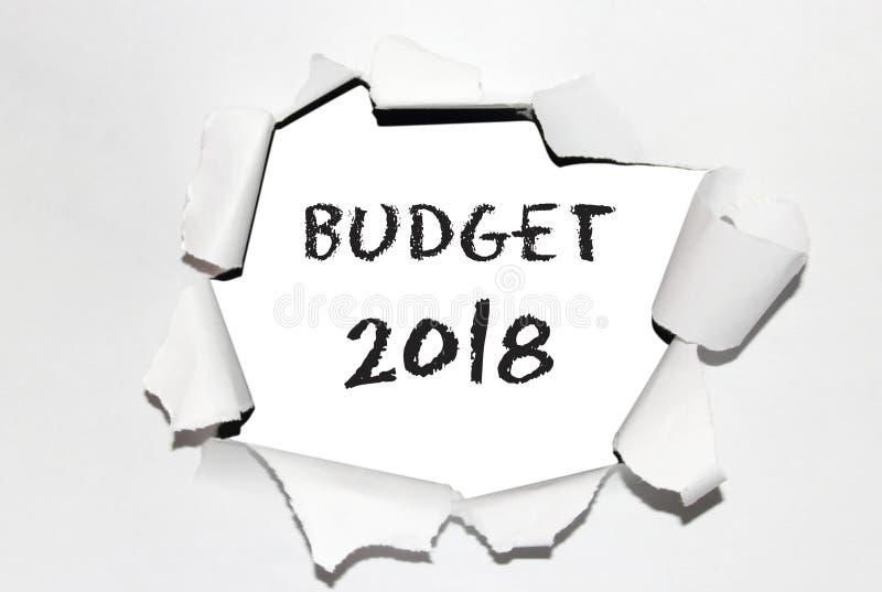 Tekst` Begroting ` met jaar 2018 in het gescheurde document stock foto