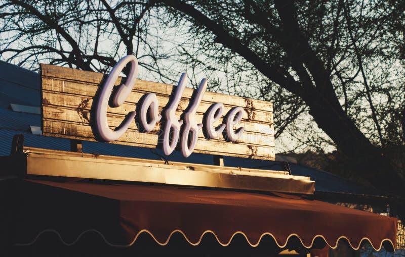 Tekst coffe over een boutique stock afbeeldingen