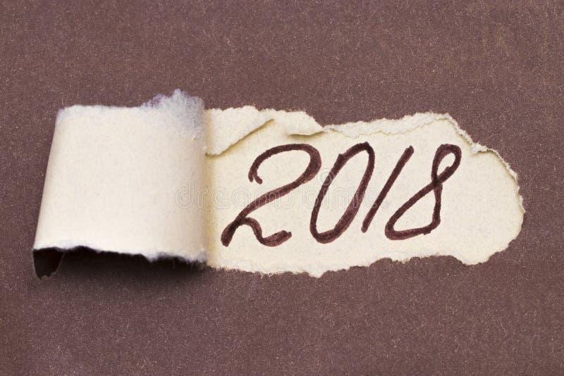 Tekst die 2018 plannen die achter gescheurd pakpapier verschijnen stock foto's