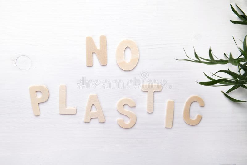 Tekst Geen plastiek op witte houten backgound, ecologisch objecten concept, hoogste mening stock foto's