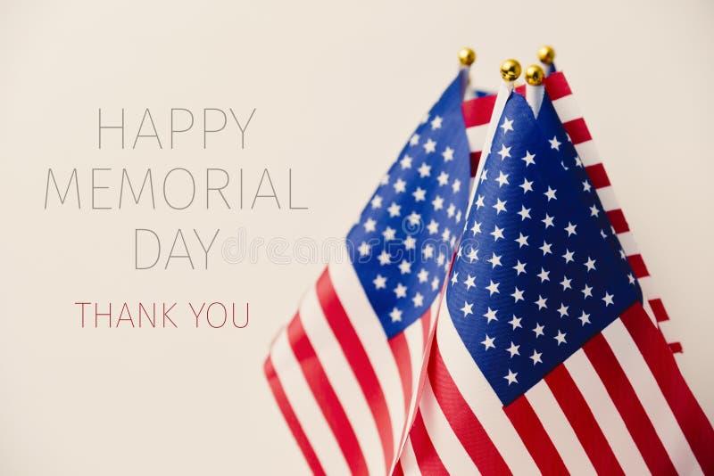 Tekst gelukkige herdenkingsdag en Amerikaanse vlaggen stock afbeelding