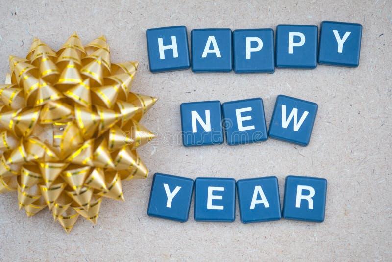 Tekst gelukkige nieuwe jaren met gouden boog stock afbeelding
