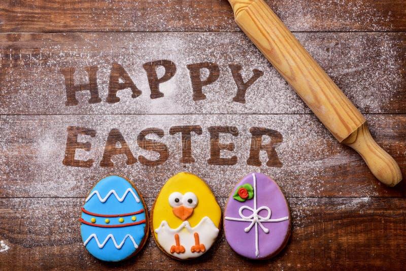 Tekst gelukkige Pasen en koekjes als paaseieren royalty-vrije stock afbeeldingen