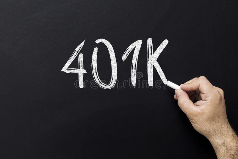 Tekst 401K op bord wordt geschreven dat De Veiligheid van de pensioneringsinvestering investeer geld in uw 401K royalty-vrije stock afbeeldingen