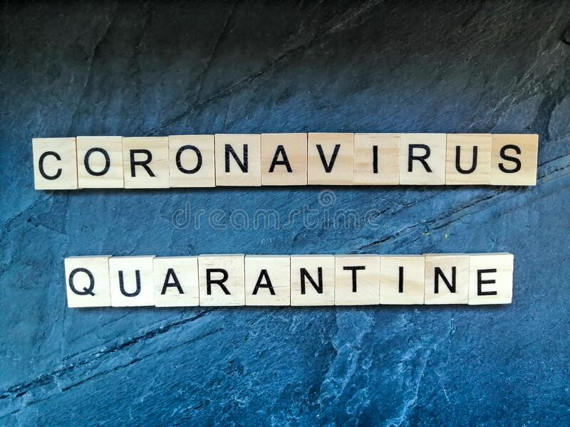 Tekst kwarantanny Coronavirus na niebieskim tle fotografia royalty free