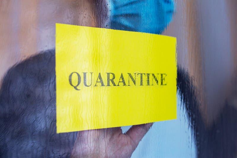 Tekst kwarantanny w oknie logowania się w żółtym ostrzeżeniu Samotny mężczyzna z Coronavirus, Covid-19 w izolacji samowystarczaln obraz royalty free