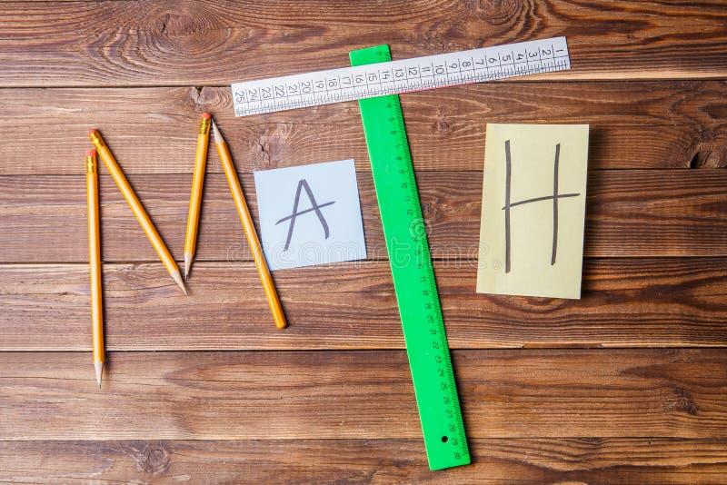 Tekst matematyka komponował ołówki, władcy, kurenda, ostrzarka i majcher z listem, fotografia royalty free