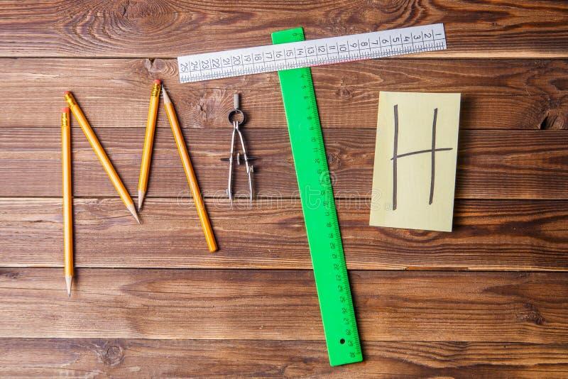 Tekst matematyka komponował ołówki, władcy, kurenda, ostrzarka i majcher z listem, fotografia stock