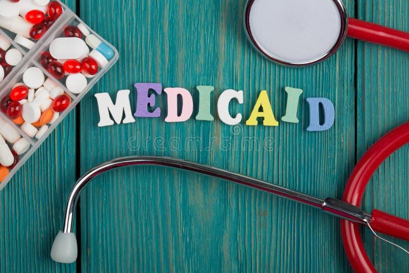 Tekst & x22; Medicaid& x22; barwioni drewniani listy, stetoskop i pigułki, zdjęcie royalty free