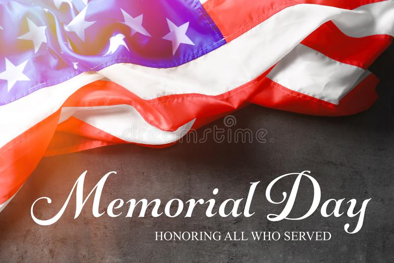 Tekst MEMORIAL DAY en de vlag van de V.S. op grijze achtergrond royalty-vrije stock afbeeldingen