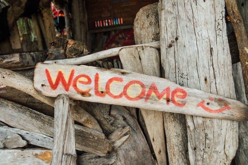 Tekst na drewnianej desce jest mile widziany Drewniany signboard powitanie fotografia stock