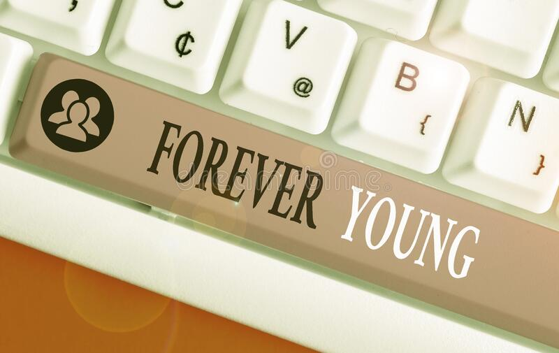 Tekst pisany w programie Word Forever Young Koncepcja biznesowa dla myślenia o świeżym i beztroskim stanie niezależnie od wieku obraz royalty free