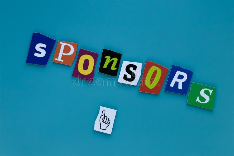 Tekst - sponsory tworzący od magazynów listów na błękitnym tle Słowo - sponsory tworzący magazynów listy dla raportowego projekta zdjęcia royalty free