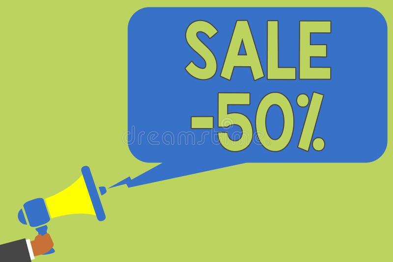 Tekst szyldowa pokazuje sprzedaż 50 Konceptualna fotografii A promo cena rzecz przy 50 procentów markdown mężczyzna mienia megafo fotografia stock