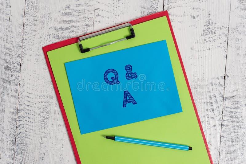 Tekst szyldowy pokazuje Q i A Konceptualna fotografia okres czasu lub okazja gdy someone odpowiada pytania Barwiących zdjęcia royalty free