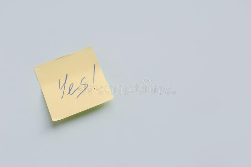 tekst Tak na koloru żółtego papieru majcherze na błękitnym tle, sukces, Bramkowy pojęcie fotografia royalty free
