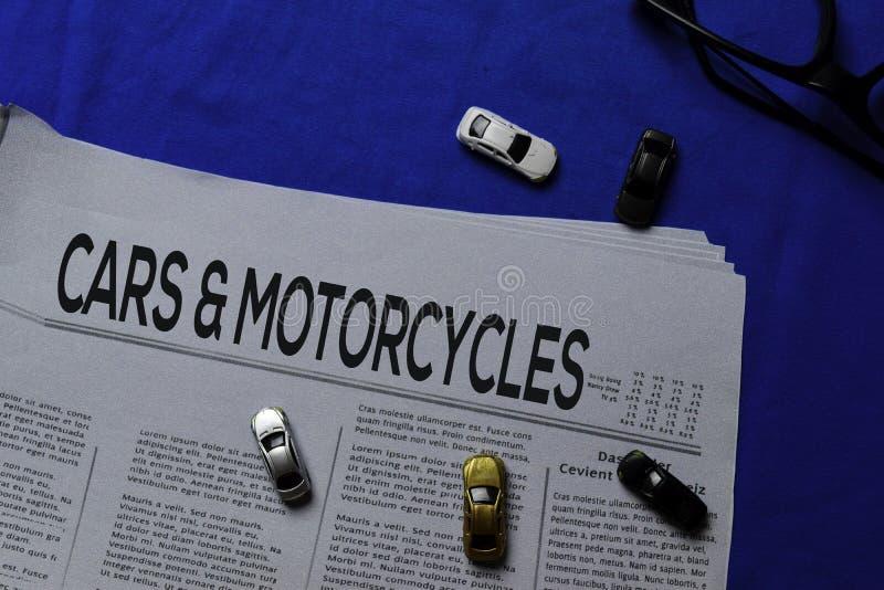 Tekst van auto's en motorfietsen in kop, geïsoleerd op blauwe achtergrond Krantenconcept royalty-vrije stock foto's