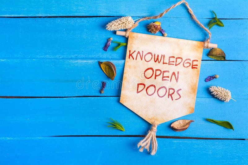 Tekst van kennis de open deuren op Document Rol royalty-vrije stock fotografie