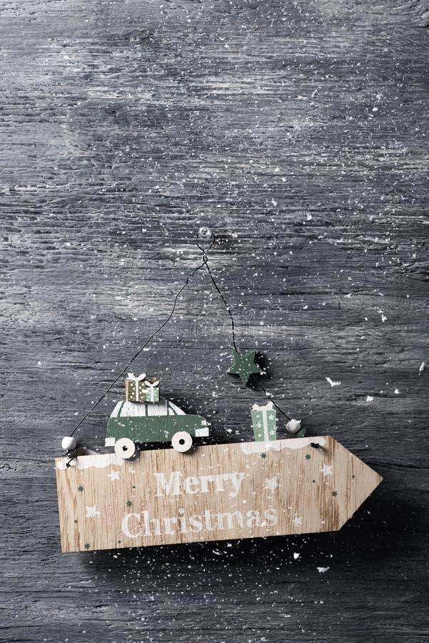 Tekst vrolijke Kerstmis in een houten uithangbord royalty-vrije stock afbeeldingen