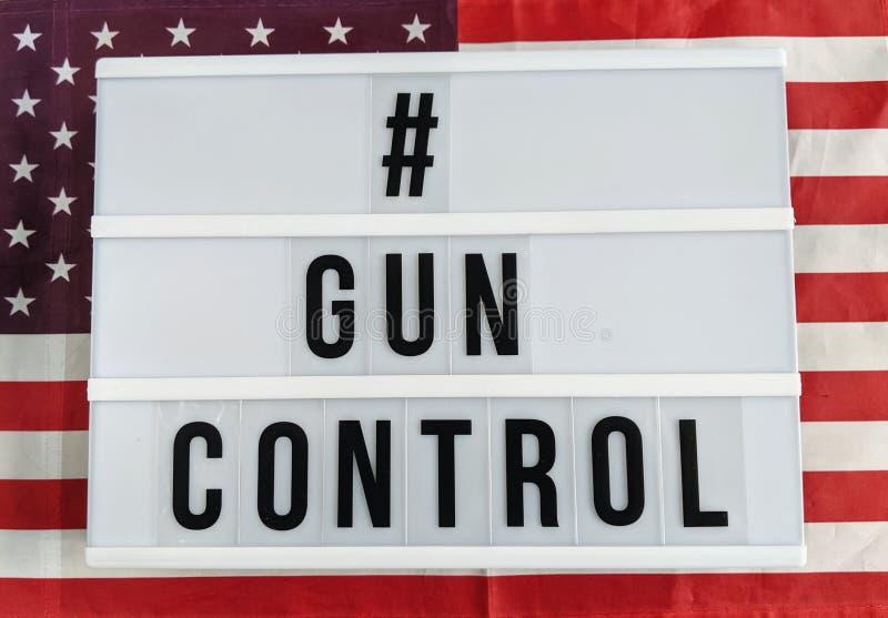 Tekst w angielskim na lightbox znaka pisowni kontroli broni palnej odizolowywającej przeciw Stany Zjednoczone Ameryka flaga obrazy royalty free