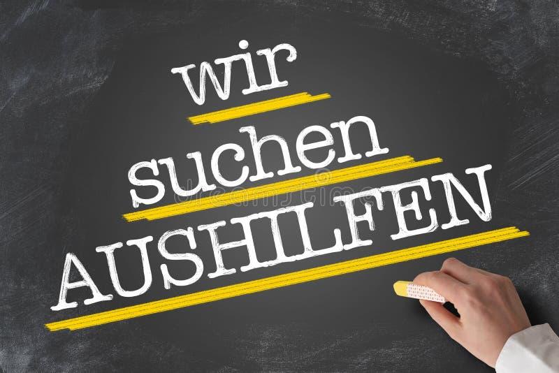 Tekst WIR SUCHEN AUSHILFEN, niemiec dla pomocy Chciał, pisze na blackboard zdjęcia royalty free