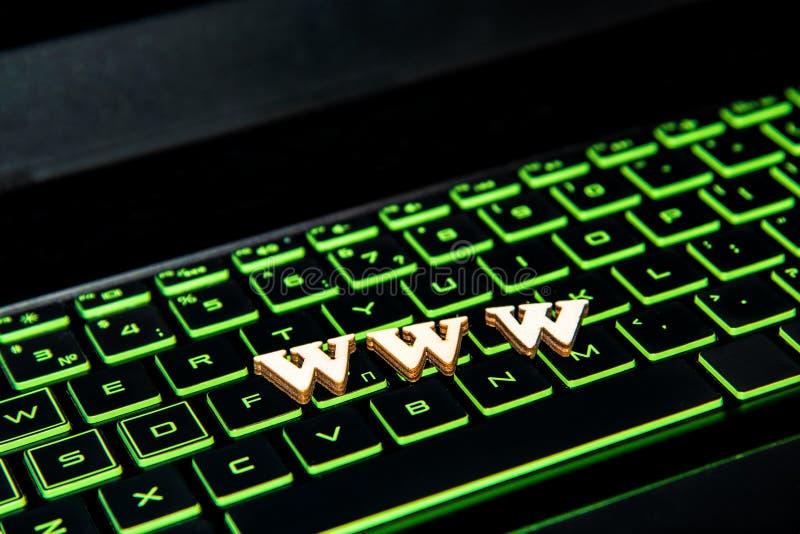 Tekst Www od drewnianych listów na klawiaturze z zielonym backlight obraz royalty free