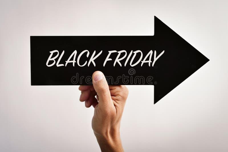 Tekst zwarte vrijdag in een pijl-vormig uithangbord royalty-vrije stock foto