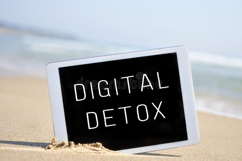 Teksta cyfrowy detox w pastylka komputerze w piasku plaża, obraz stock