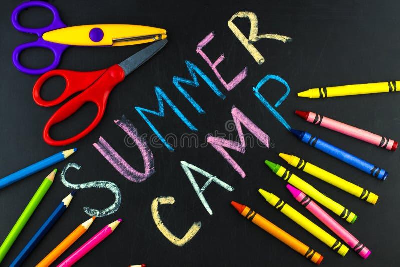 Teksta obóz letni pisać z kredą na chalkboard fotografia stock