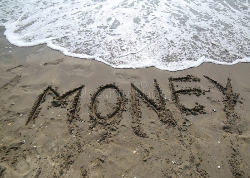 teksta pieniądze na piasku morze prawie wymazujący fala t fotografia royalty free