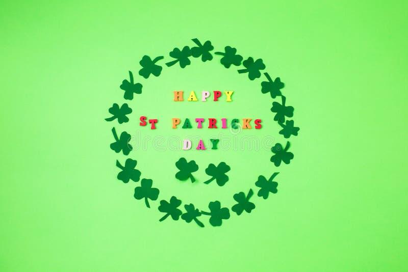 Teksta St PAtrick szczęśliwy dzień i zieleń koniczynowy ornament Patric pocztówkowy projekt zdjęcia stock