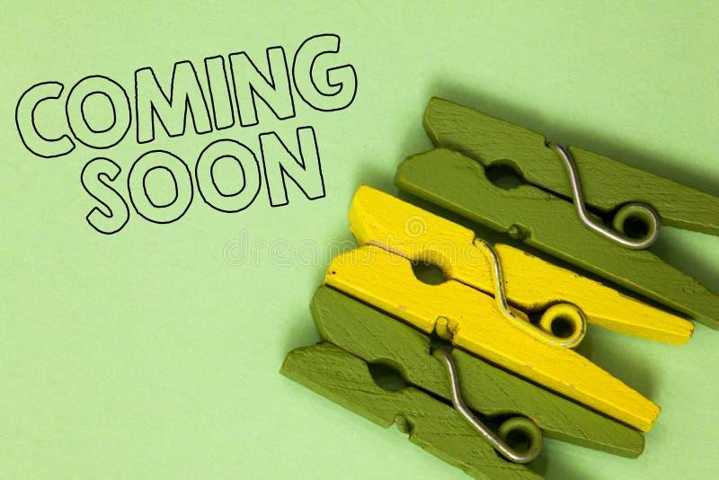 Teksta szyldowy pokazuje Przychodzić Wkrótce Konceptualna fotografia coś iść zdarzać się w krótkim czasie okresu Trzy zielony żół zdjęcie stock