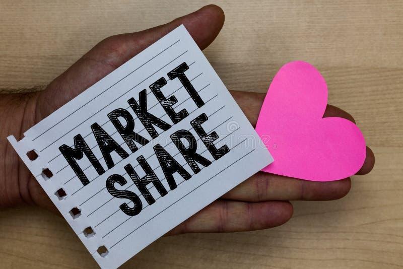 Teksta szyldowy pokazuje udział w rynku Konceptualna fotografia porcja rynek kontrolujący szczególną firma mężczyzna mienia kawał zdjęcia royalty free