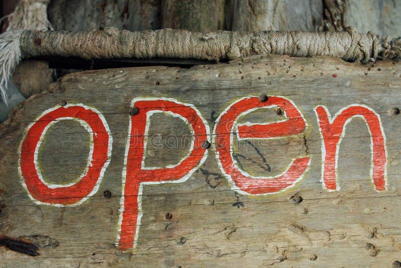 Teksta znak jest otwarty na drewnianej desce Signboard otwarty na drewnianym tle obrazy stock