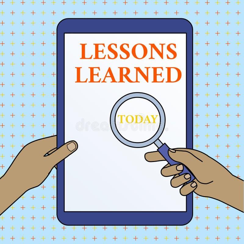 Teksta znak pokazuje lekcje Uczy? si? Konceptualna fotografia zrozumienie lub wiedza zyskiwał doświadczenie ręk Trzymać royalty ilustracja