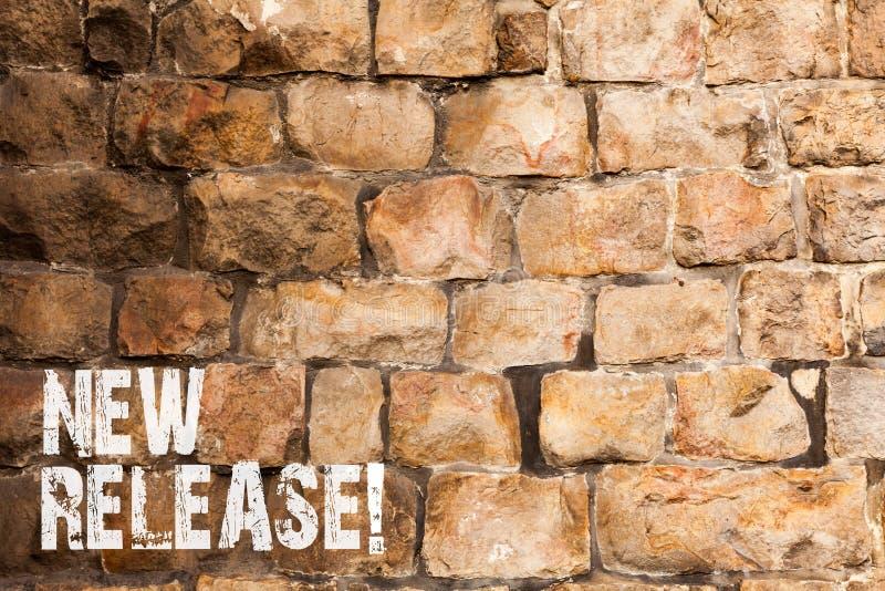 Teksta znak pokazuje Nowego uwolnienie Konceptualna fotografia ogłasza coś newsworthy niedawna produkt ściany z cegieł sztuka lub obraz royalty free
