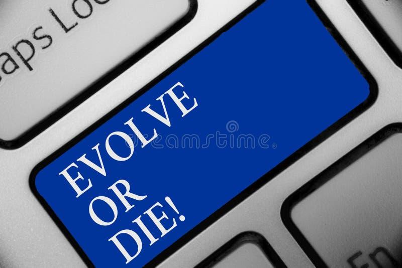 Teksta znaka seans Rozwija Lub Umiera Konceptualna fotografii konieczność zmiana r adaptuje kontynuować żywego przetrwania błękit zdjęcia stock