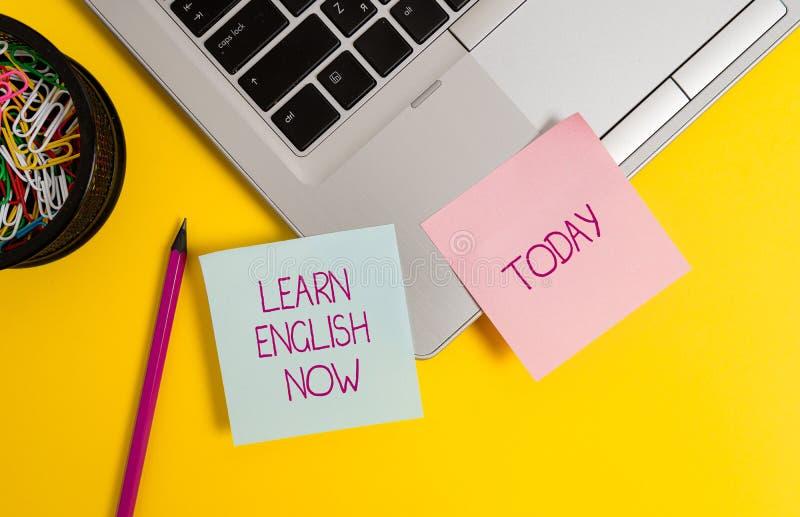 Teksta znaka seans Uczy się Angielskiego Teraz Konceptualny fotografia zysk lub zdobywa wiedzę i umiejętność język angielski Modn zdjęcie stock