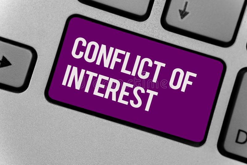 Tekstteken die Belangengeschil tonen Conceptuele foto die met iemand over doelstellingen of doelstellingen Toetsenbord zeer belan royalty-vrije illustratie