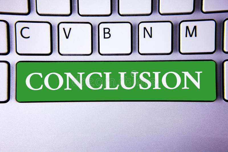 Tekstteken die Conclusie tonen De conceptuele foto vloeit het Eind van het analyse Definitieve besluit van een gebeurtenis of een stock illustratie