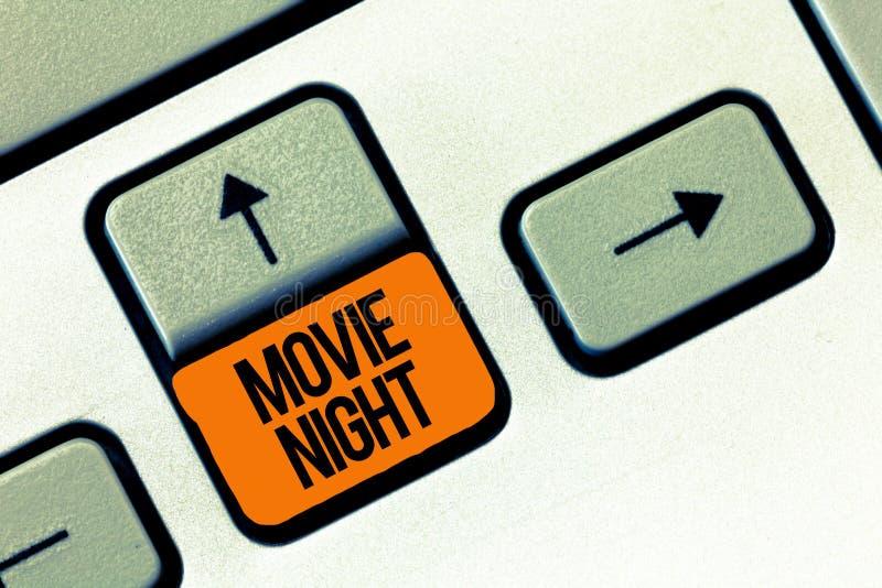 Tekstteken die Filmnacht tonen Conceptuele foto Toevallige informele bijeenkomst om op de datum van de filmsvrije tijd thuis te l stock afbeelding