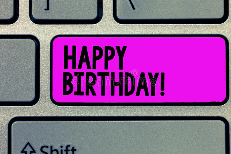 Tekstteken die Gelukkige Verjaardag tonen De conceptuele foto de geboorteverjaardag van een persoon wordt gevierd met stelt voor royalty-vrije stock afbeelding