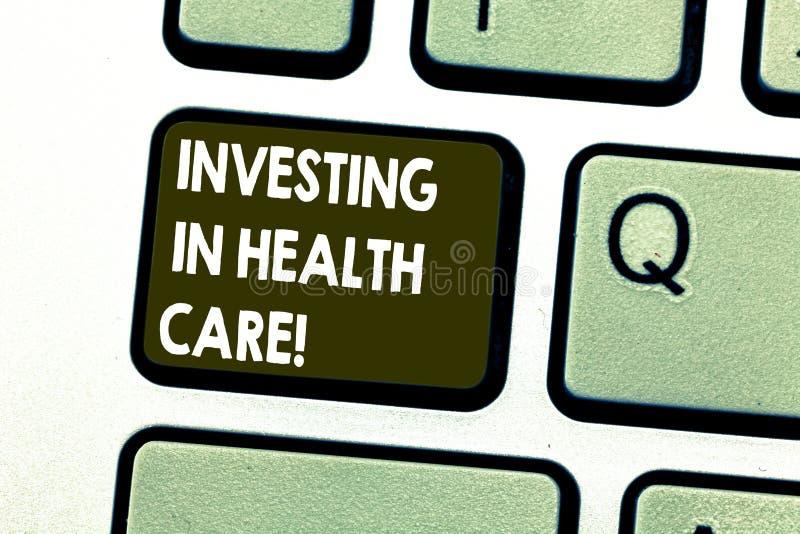 Tekstteken die het Investeren in Gezondheidszorg tonen De conceptuele foto maakt investeringen in het Toetsenbord van de welzijns stock afbeelding