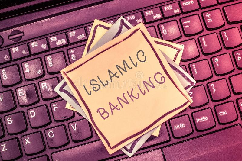 Tekstteken die Islamitisch Bankwezen tonen Het conceptuele die systeem van het fotobankwezen op de principes van Islamitische wet stock afbeelding