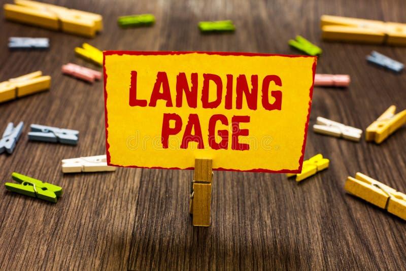Tekstteken die Landende Pagina tonen Conceptuele die fotowebsite door een verbinding op een andere Web-pagina gele Wasknijperhold royalty-vrije stock foto