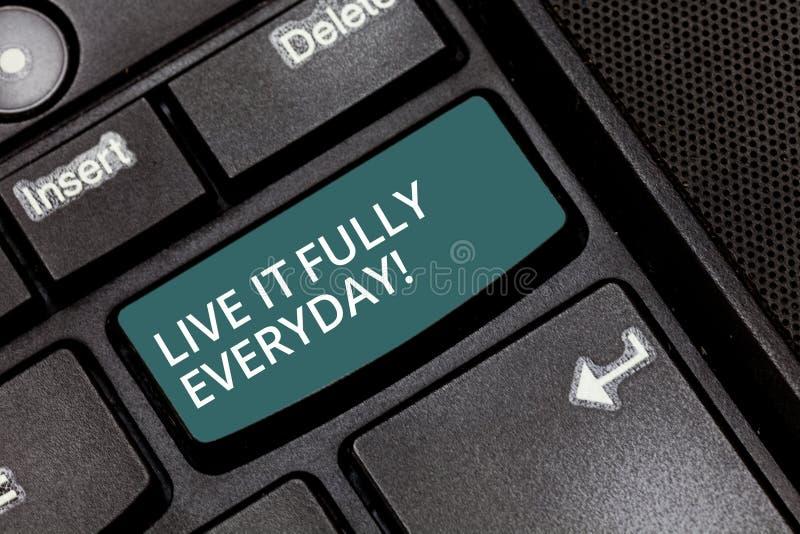 Tekstteken die Live It Fully Everyday tonen De conceptuele foto optimistisch is geniet van Succesvolle het Toetsenbordsleutel van royalty-vrije stock afbeelding