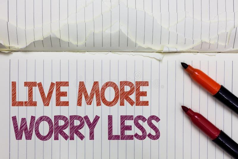 Tekstteken die Live More Worry Less tonen De conceptuele foto heeft achteloos een goede houdingsmotivatie zijn geniet het levens  royalty-vrije stock afbeelding