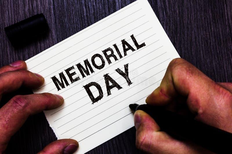 Tekstteken die Memorial Day tonen Conceptuele foto om te eren en herinnert hen die in de holdingsteller nr van de legerdienstmens royalty-vrije stock afbeelding