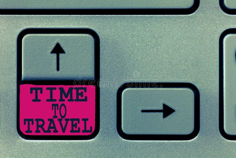 Tekstteken die Tijd tonen te reizen Conceptuele foto die of zich van één plaats naar een andere op vakantie bewegen gaan royalty-vrije stock foto